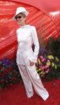 Céline Dion arrives at the 71st Annual Academy Awards. (© AP Photo/Dave Caulkin)
