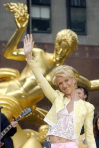 Céline Dion waves to the crowd, with a statue of Prometheus in the background, after performing on the NBC 'Today Show'. (© AP Photo/Richard Drew)