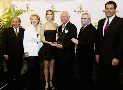 Ben Kaye (L), Ginny Mancini (2nd from L), Jerry F. Sharell (3rd from R), Randy Phillips (2nd from R) and Mark Juliano present recording artist Céline Dion with the Society of Singer's 13th annual Ella award at Caesers Palace October 10, 2004 in Las V (© Isaac Brekken/Getty Images)