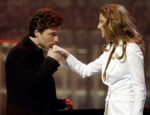 Richard Marx kisses the hand of singer Céline Dion after their performance. (© REUTERS/Gary Hershorn)