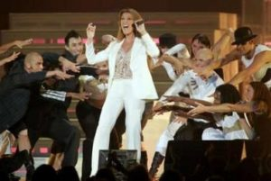 """Céline Dion ending """"Love can move mountains"""" (© REUTERS/Steve Marcus)"""