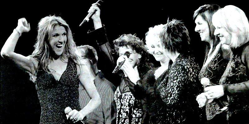 Céline Dion joined Paul Dion, Ghislaine Dion, Manon Dion, Claudette Dion, Pauline Dion and Liette Dion onstage (© Journal de Montréal, Raynald Leblanc)