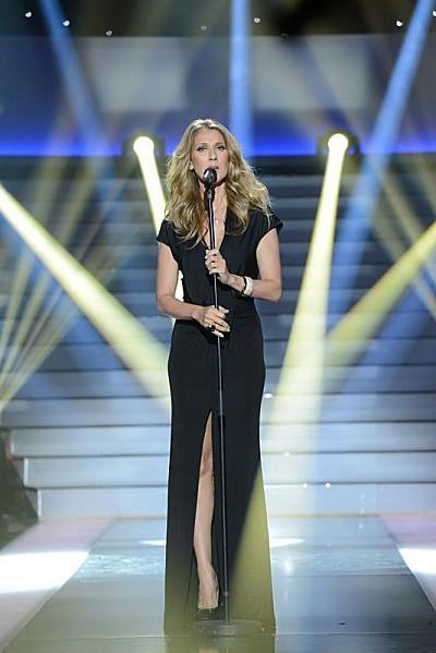 """Céline Dion performing """"Ne me quitte pas"""" in the television special 'Simplement pour un soir' (© JP Baltel / France Télévisions)"""