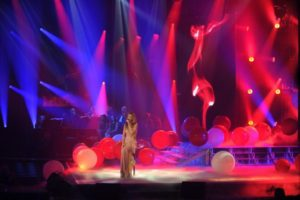 "Celine performing ""Je n'ai pas besoin d'amour"" on the set of 'Céline Dion… Sans attendre' (© OSA Images)"