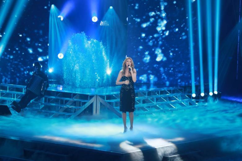 """Celine performing """"Je n'ai que toi au monde"""" on the set of 'Céline Dion… Sans attendre' (© OSA Images)"""