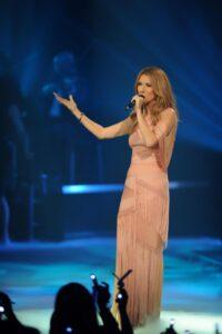 """Celine performing """"Parler à mon père"""" on the set of 'Céline Dion… Sans attendre' (© OSA Images)"""